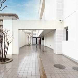 スタジオキュービィ千歳烏山のマンションの入口・エントランス