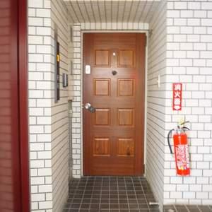 YKB御苑(3階,5290万円)のフロア廊下(エレベーター降りてからお部屋まで)