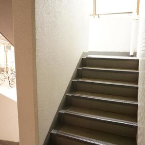 コスモ上馬(2階,)のフロア廊下(エレベーター降りてからお部屋まで)
