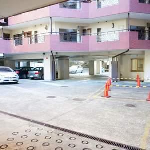 マンション広尾台の駐車場