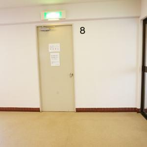 マンション広尾台のフロア廊下(エレベーター降りてからお部屋まで)