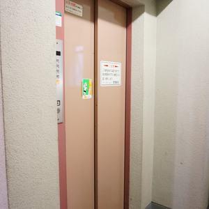 ファミネス小石川のエレベーターホール、エレベーター内