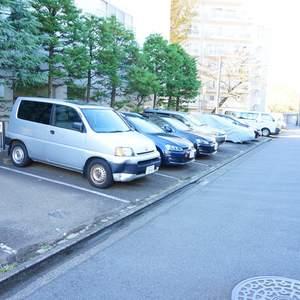 東急ドエルアルス石川台B棟の駐車場