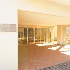 東急ドエルアルス石川台B棟のマンションの入口・エントランス