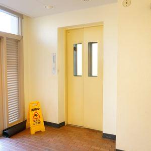 東急ドエルアルス石川台B棟のエレベーターホール、エレベーター内