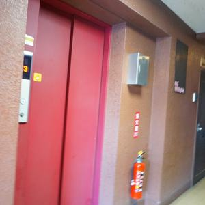 柿の木坂サニーハイツのエレベーターホール、エレベーター内
