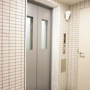 スカイコート神楽坂参番館のエレベーターホール、エレベーター内
