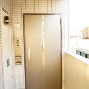 スカイコート神楽坂参番館(3階,4590万円)のフロア廊下(エレベーター降りてからお部屋まで)
