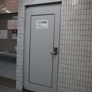西戸山タワーホウムズノースタワーのごみ集積場