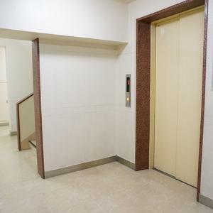 ライオンズマンション南平台のエレベーターホール、エレベーター内