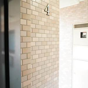 ライオンズヴィアーレ幡ヶ谷(4階,4880万円)のフロア廊下(エレベーター降りてからお部屋まで)