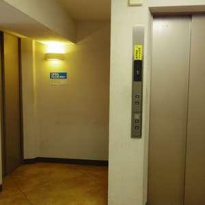 コーポ中野のエレベーターホール、エレベーター内