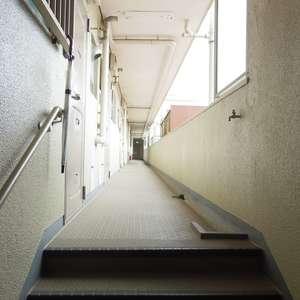 コーポ中野(4階,4490万円)のフロア廊下(エレベーター降りてからお部屋まで)