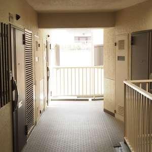 サンビューハイツ渋谷(6階,7380万円)のフロア廊下(エレベーター降りてからお部屋まで)