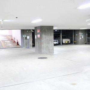 朝日白山マンションの駐車場