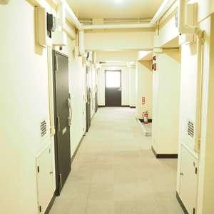 常盤松葵マンション(6階,2800万円)のフロア廊下(エレベーター降りてからお部屋まで)