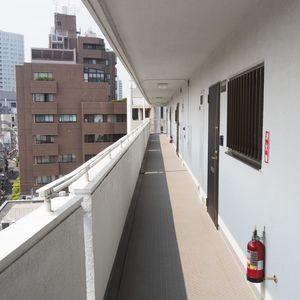 シャトー青山第3(7階,)のフロア廊下(エレベーター降りてからお部屋まで)
