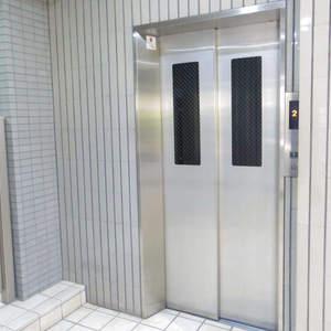 ルイシャトレ中野のエレベーターホール、エレベーター内