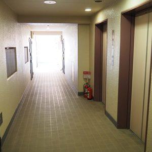 信濃町ハイム(8階,4130万円)のフロア廊下(エレベーター降りてからお部屋まで)
