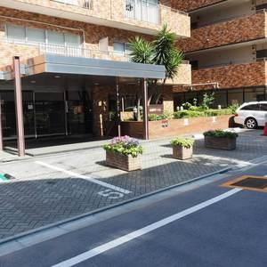 信濃町ハイムの駐車場