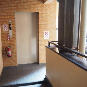 ダイアパレス御苑前のエレベーターホール、エレベーター内