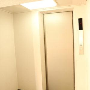 駒込コーポラスのエレベーターホール、エレベーター内