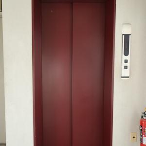 柳橋リバーサイドマンションのエレベーターホール、エレベーター内