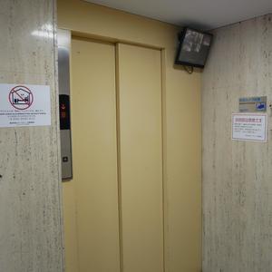 錦糸町第2ローヤルコーポのエレベーターホール、エレベーター内