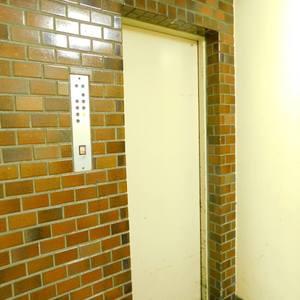 目白ハイビルのエレベーターホール、エレベーター内