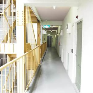 エル・アルカサル三田(4階,3249万円)のフロア廊下(エレベーター降りてからお部屋まで)
