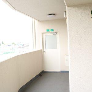 パラスト白山(9階,)のフロア廊下(エレベーター降りてからお部屋まで)