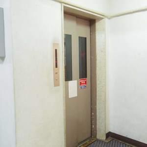 中野住研コーポのエレベーターホール、エレベーター内