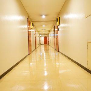 シャトレ市ヶ谷(9階,3780万円)のフロア廊下(エレベーター降りてからお部屋まで)