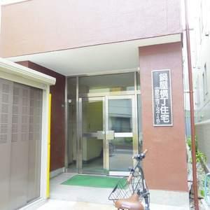 鍋屋横丁住宅のマンションの入口・エントランス