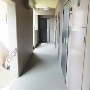 日神デュオステージ新中野(3階,4050万円)のフロア廊下(エレベーター降りてからお部屋まで)