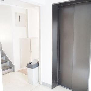 参宮橋コーポラスのエレベーターホール、エレベーター内