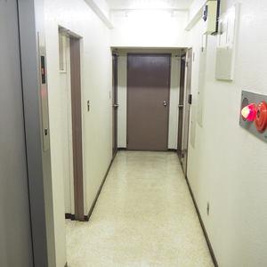 ライオンズマンション代々木(1階,)のフロア廊下(エレベーター降りてからお部屋まで)