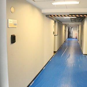 春日ビューハイツ(6階,2680万円)のフロア廊下(エレベーター降りてからお部屋まで)