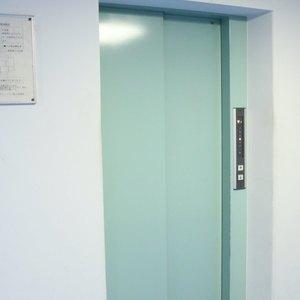 春日ビューハイツのエレベーターホール、エレベーター内