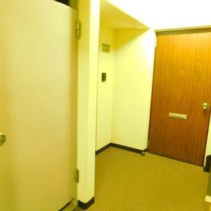 ハウス高田馬場(2階,4580万円)のフロア廊下(エレベーター降りてからお部屋まで)