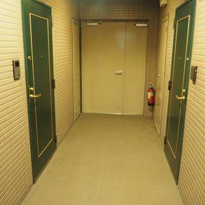 マイキャッスル代々木(5階,)のフロア廊下(エレベーター降りてからお部屋まで)