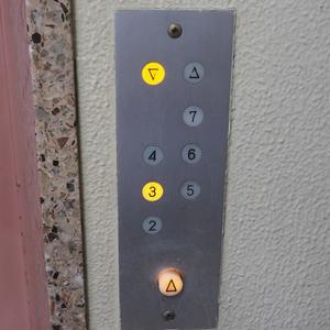 御苑パビリオンのエレベーターホール、エレベーター内