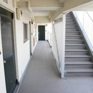 ビレッタ亀戸(8階,)のフロア廊下(エレベーター降りてからお部屋まで)