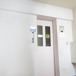 鍋屋横丁住宅のエレベーターホール、エレベーター内