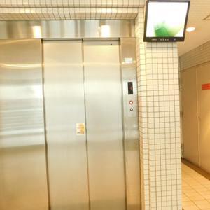 東池袋ハイツ弐番館のエレベーターホール、エレベーター内