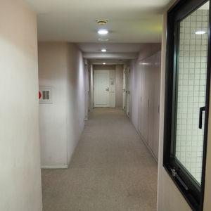 パークノヴァ神宮前(2階,4480万円)のフロア廊下(エレベーター降りてからお部屋まで)