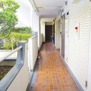 ライオンズマンション中野第2(2階,4780万円)のフロア廊下(エレベーター降りてからお部屋まで)