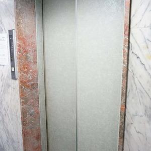 第8宮庭マンションのエレベーターホール、エレベーター内