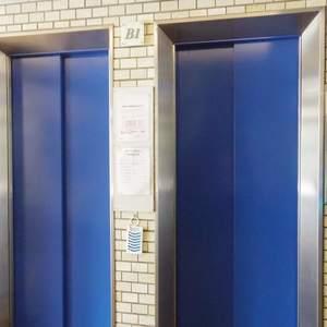 塔の山ハイツのエレベーターホール、エレベーター内