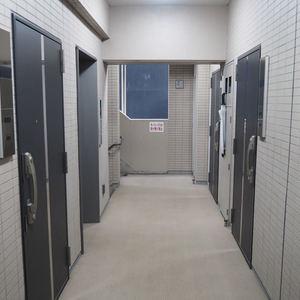 パレステュディオ六本木イースト2(2階,6580万円)のフロア廊下(エレベーター降りてからお部屋まで)